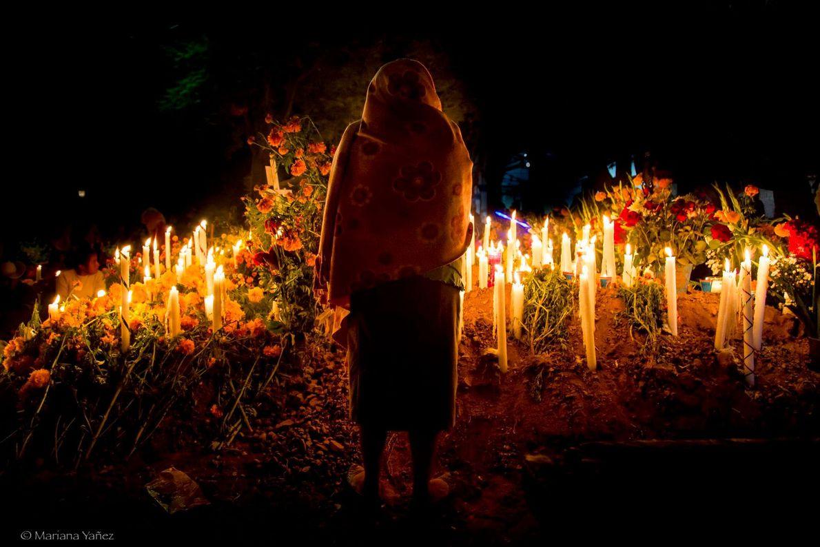 Les veilles au chandelier dans les cimetières, comme celle-ci à Oaxaca, sont fréquentes pendant le Día ...