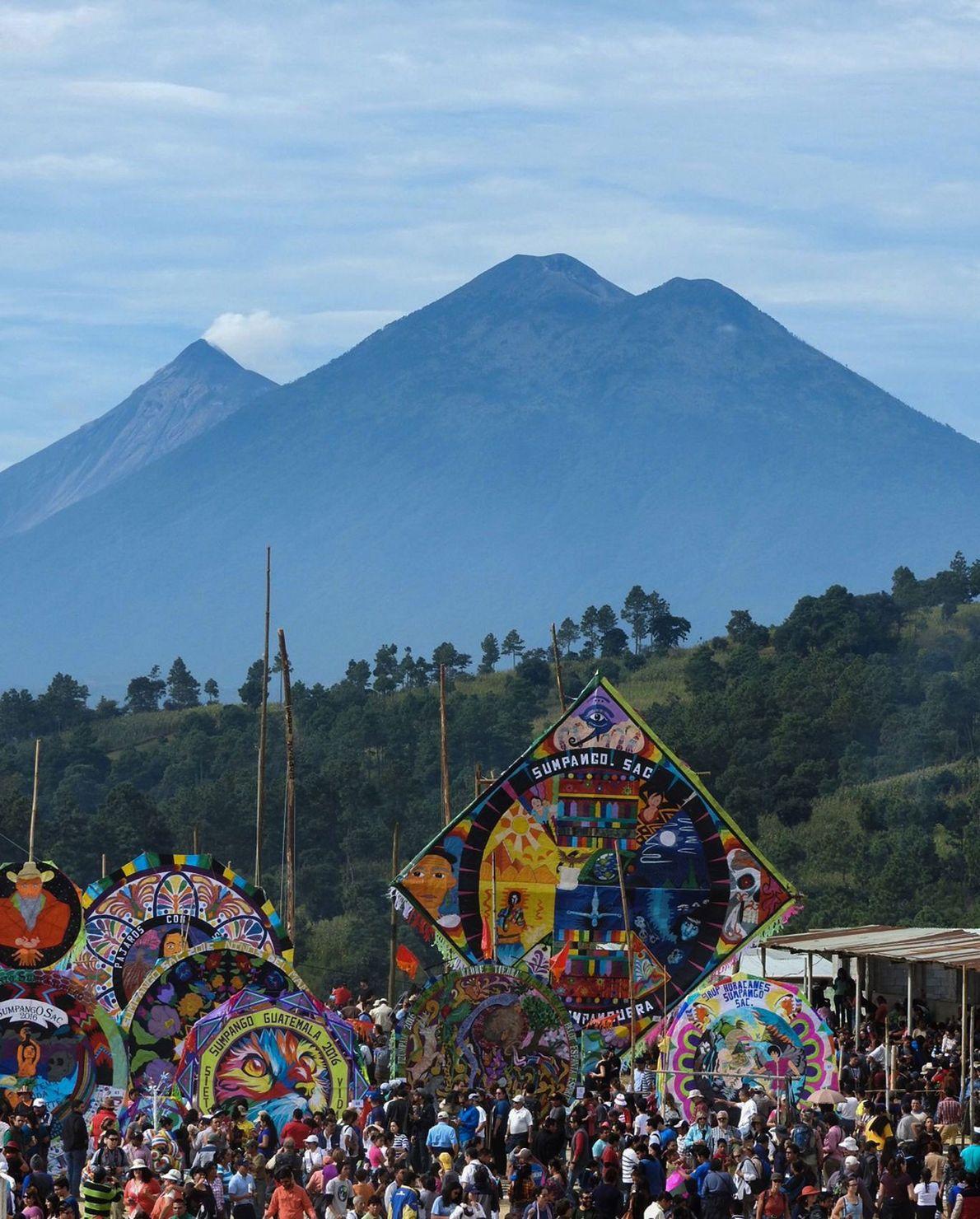 Le festival de cerf-volant Barriletes Gigantes se déroule à Sumpango non loin du Volcán de Fuego, ...