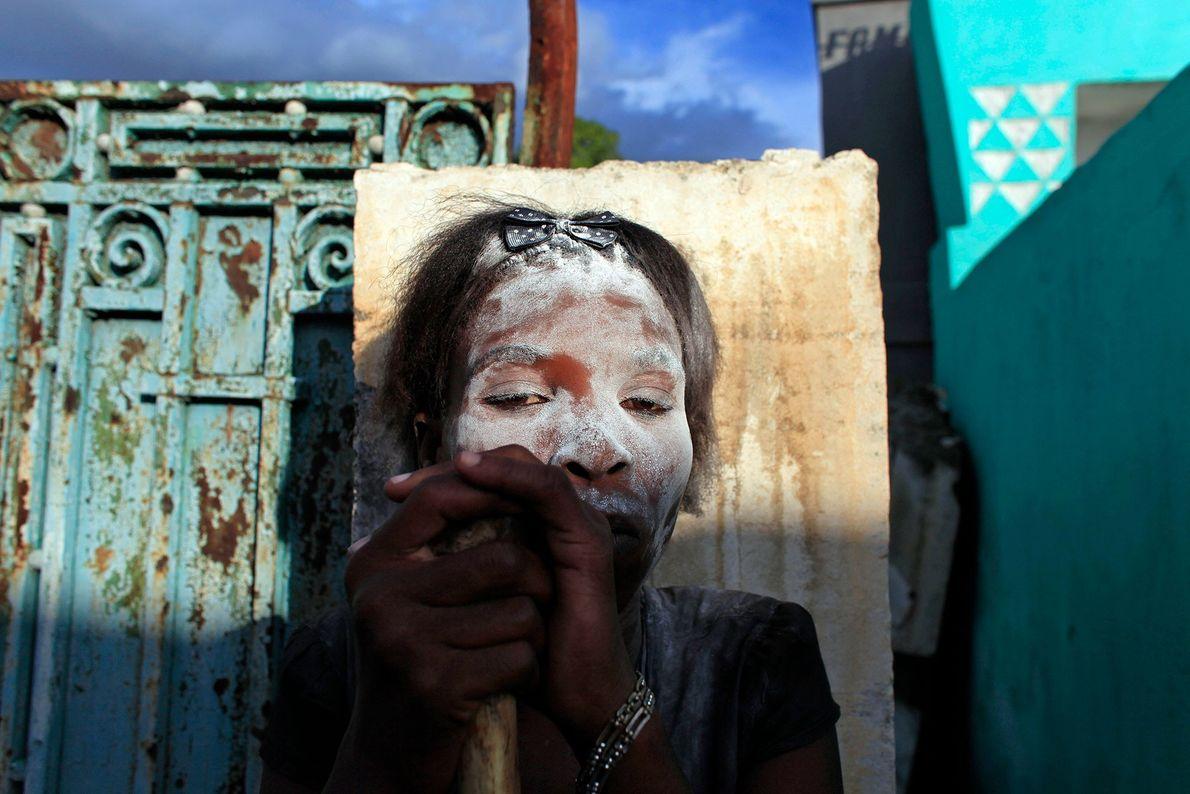 Pendant le Guédé, le jour des morts haïtien, les adeptes du culte vaudou peignent leurs visages ...
