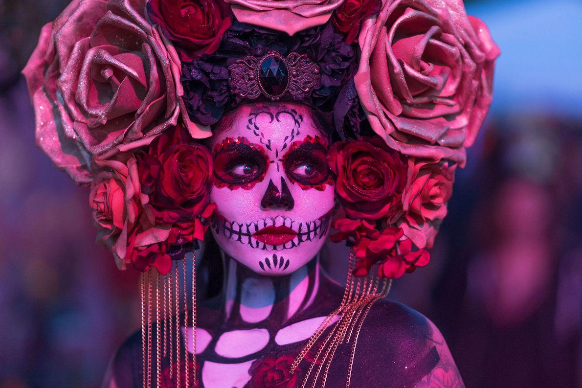 La reine éternelle du Día de los Muertos est Catrina, un squelette de femme élégante esquissé …