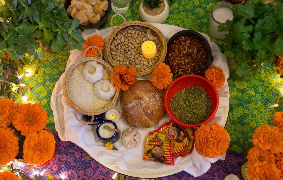 Le Pan de muerto est une brioche contenant des morceaux d'anis et d'orange. Les miches rondes ...