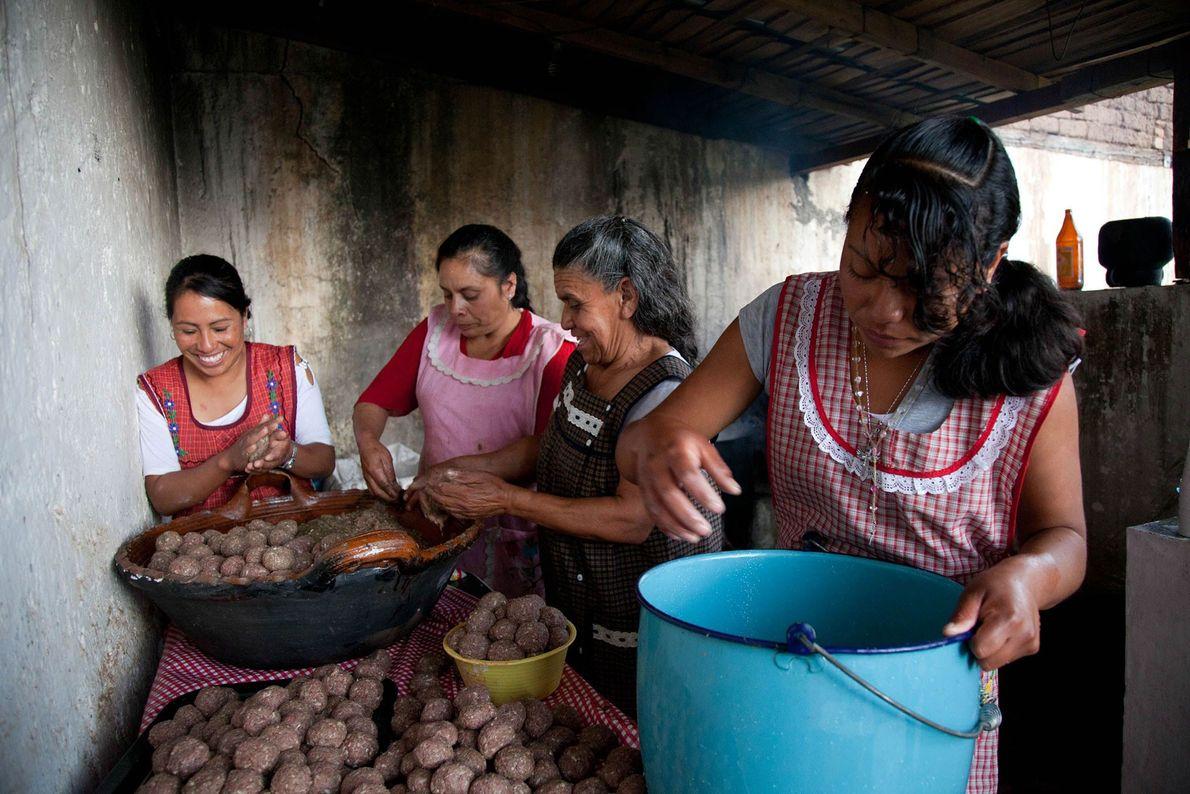 Les femmes de San Andres, au Mexique, cuisinent des albóndigas, des boulettes de viande considérées comme ...