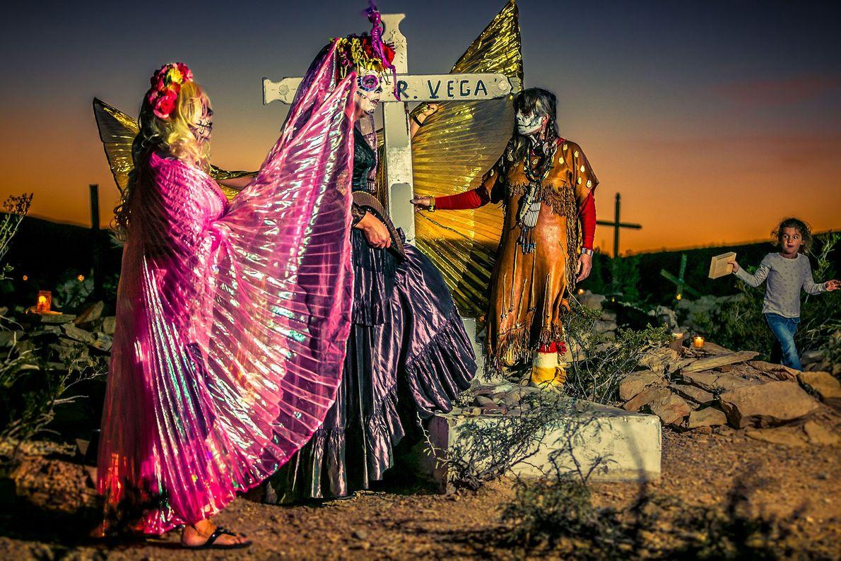 Pendant le Día de los Muertos de Terlingua, au Texas, les locaux se rassemblent devant la ...
