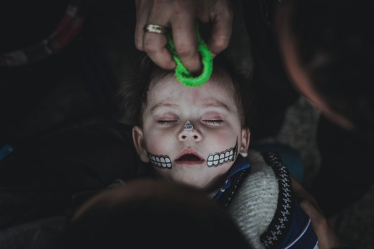 Pendant le Día de los Muertos à Mexico, les enfants se déguisent en squelettes en participent ...