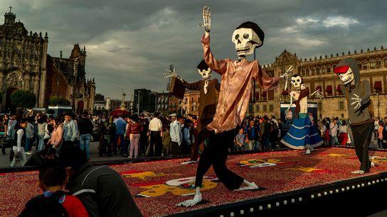 Pendant le Jour des morts, les participants aux festivités de la ville de Mexico rendent hommage ...