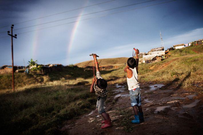 Durse, 12 ans (à gauche), et Nunu, 6 ans, jouent avec des lance-pierres dans le camp ...