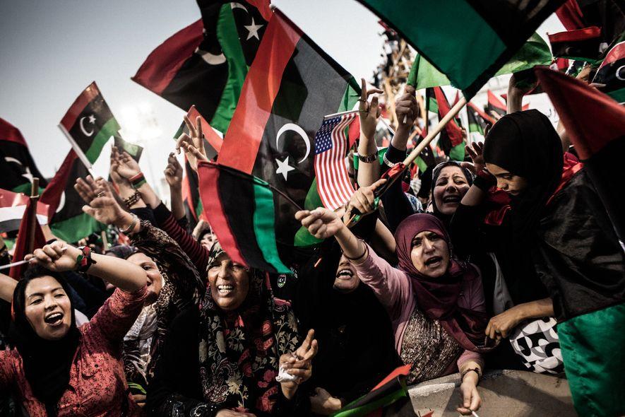 Citoyens libyens célébrant la chute de Mouammar Kadhafi à Tripoli, Lybie, le 2 septembre 2011.
