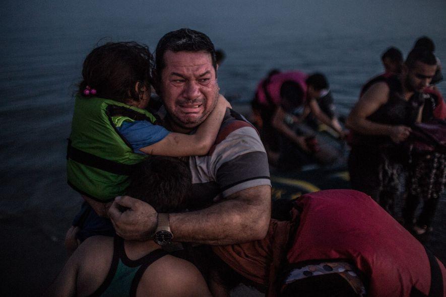 Laith Majid, un réfugié irakien fuyant Bagdad, pleure de joie en arrivant sur l'île grecque de ...