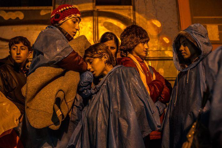 Dawriya Makhsin (au milieu) se repose sur sa sœur Hadla Makhsin alors qu'elles attendent un train ...