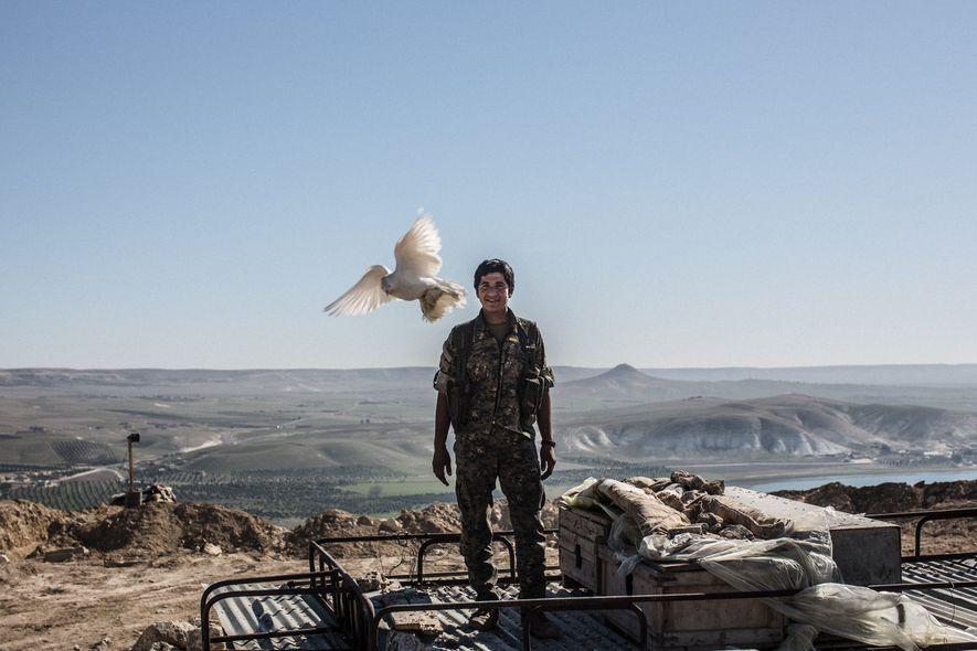 Delsher, soldat des Unités de protection du peuple (Yekîneyên Parastina Gel, YPG en kurde) laisse une ...