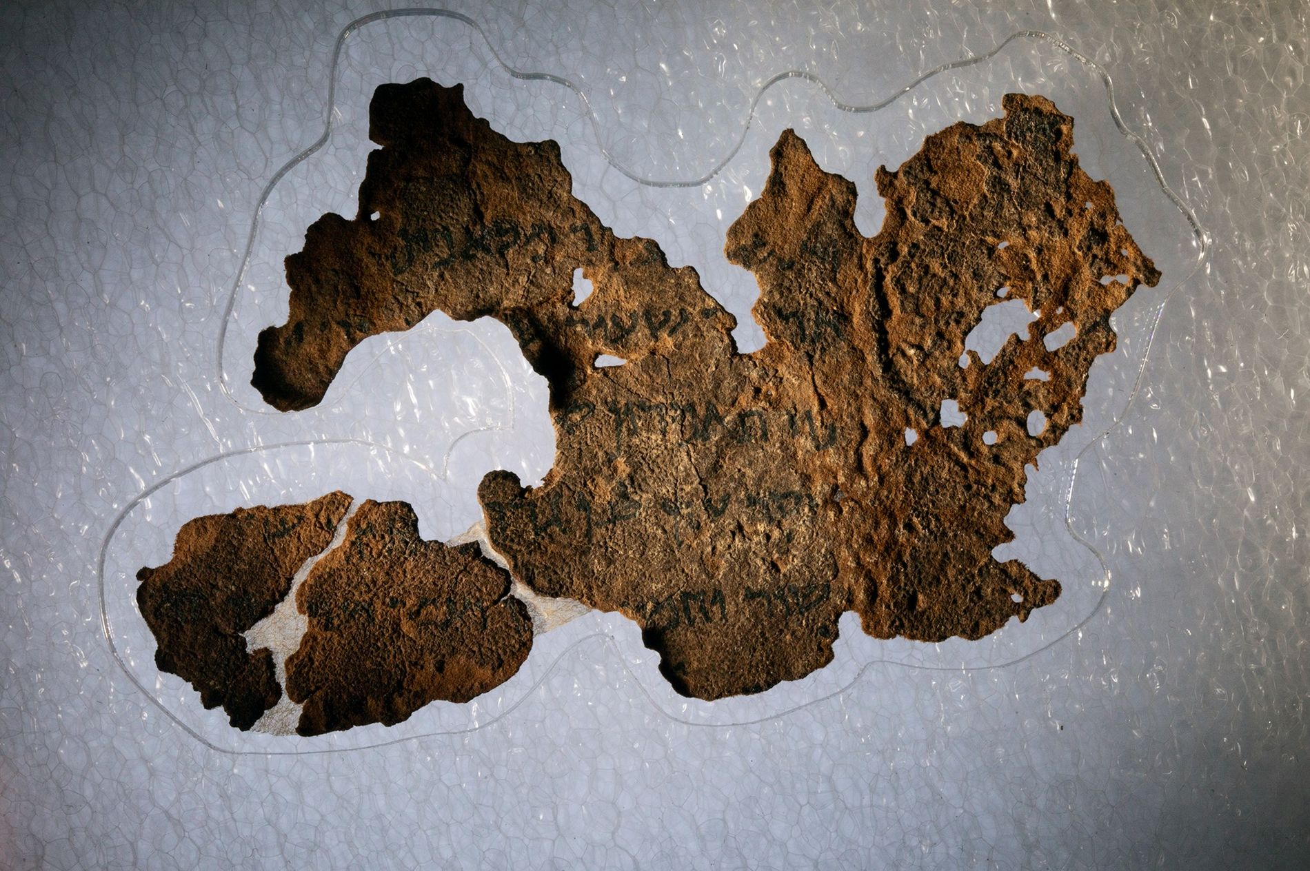 Le musée de la Bible conserve 16 fragments des manuscrits de la mer Morte, notamment celui-ci ...