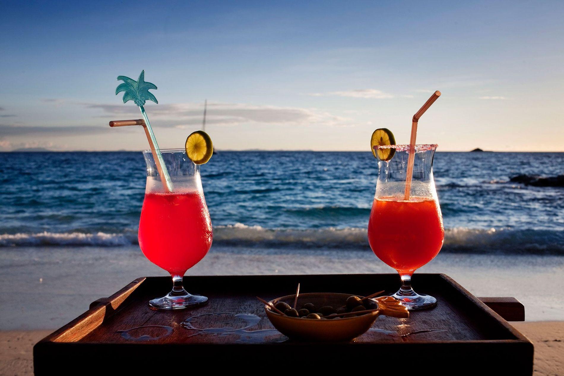 Sur l'île de Nosy Mitsio à Madagascar, les cocktails sont accompagnés de paille en plastique. Les ...