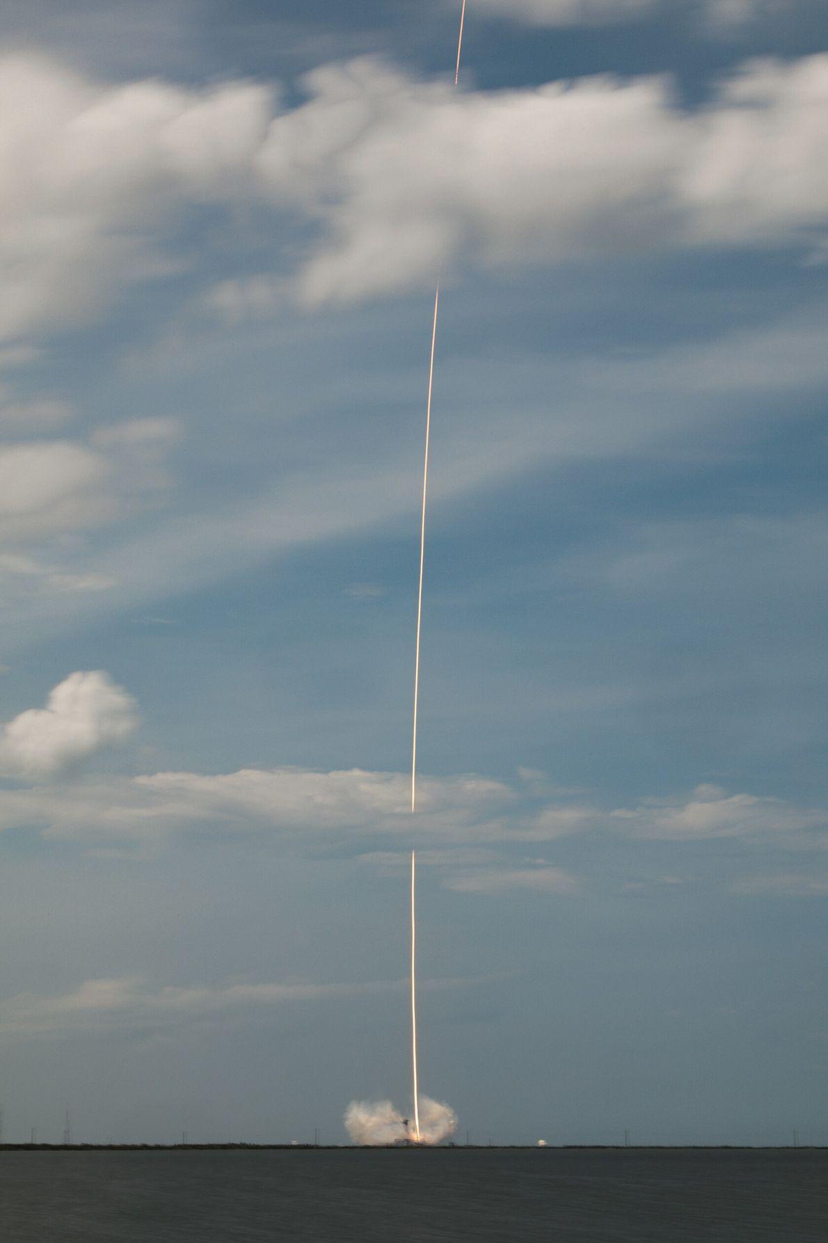 Date cruciale pour les astronautes. Centre Spatial Kennedy, Floride, États-Unis.  Le Crew Dragon de SpaceX décolle ...