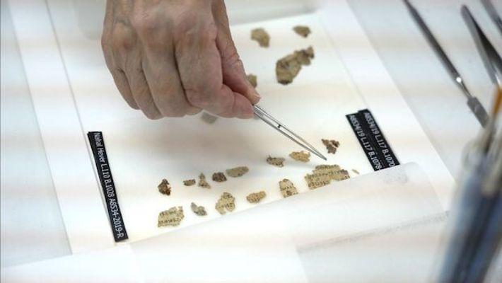 Les fragments retrouvés dans la caverne des horreurs (ou grotte des horreurs) reprennent des passages des livres de ...