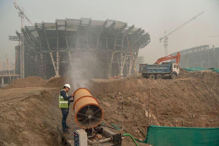 Une société de construction de New Delhi emploie un canon anti-pollution pour contrôler la pollution par la ...
