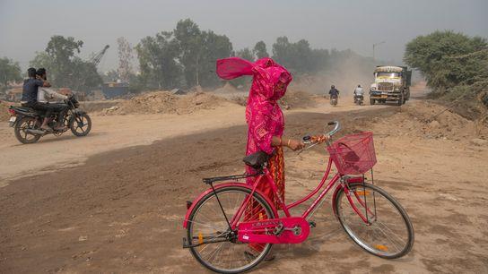 Une femme essaie de se protéger de la pollution à New Delhi. Le gouvernement de la ville ...