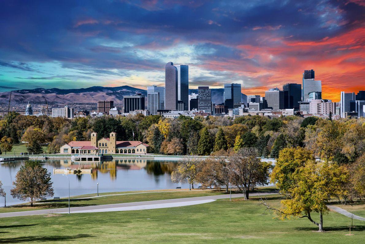 Denver, États-Unis. Buildings et espaces boisés se dressent côte à côte.