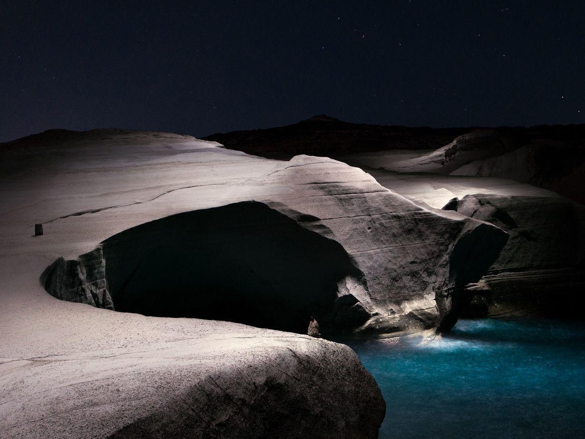 La lumière façonne ces falaises sur la plage de Sarakiniko sur l'île de Milos, en Grèce.