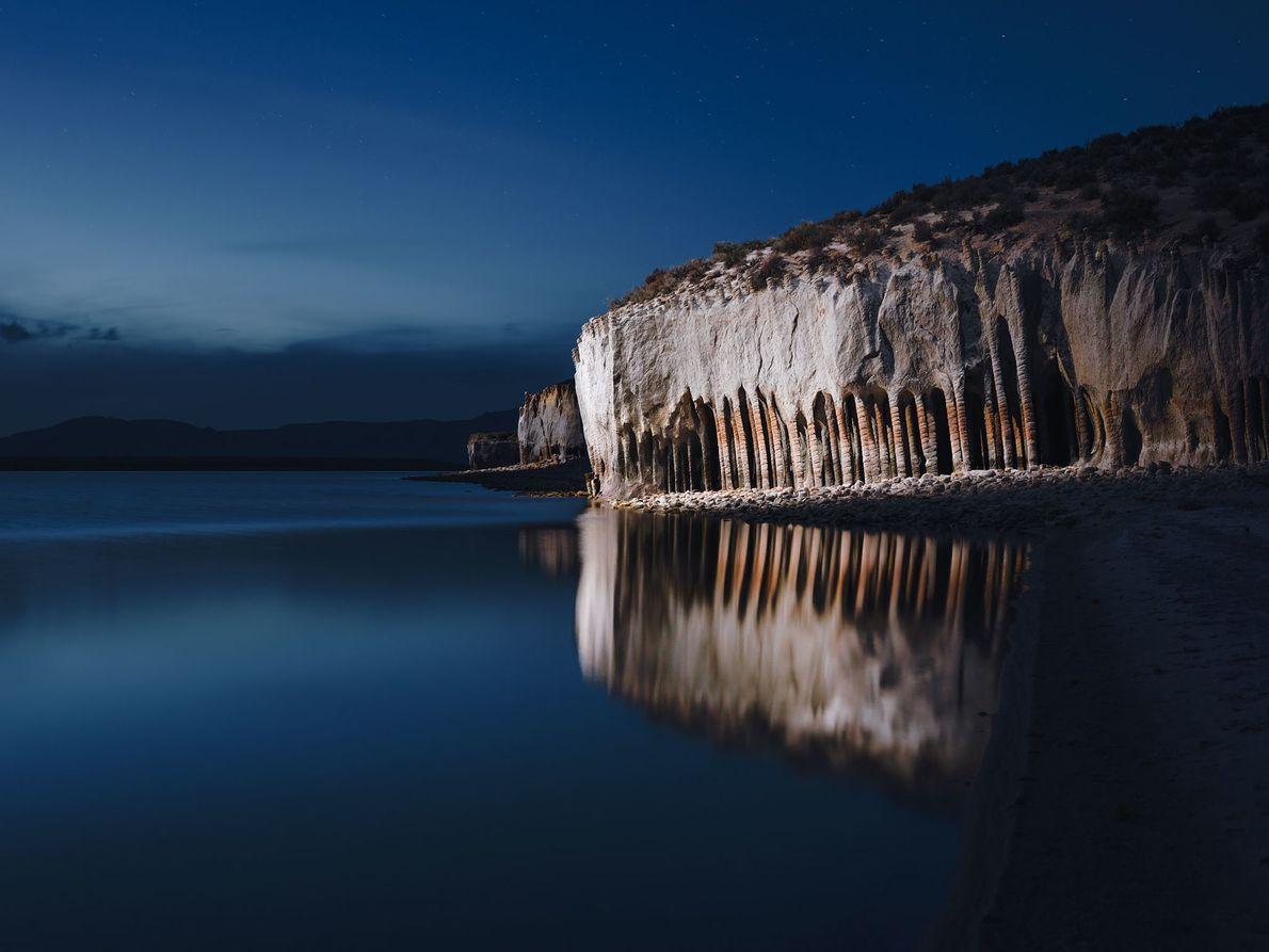 À Crowley Lake, près de Mammoth Lakes, en Californie, l'éclairage accentue le reflet d'une paroi rocheuse.