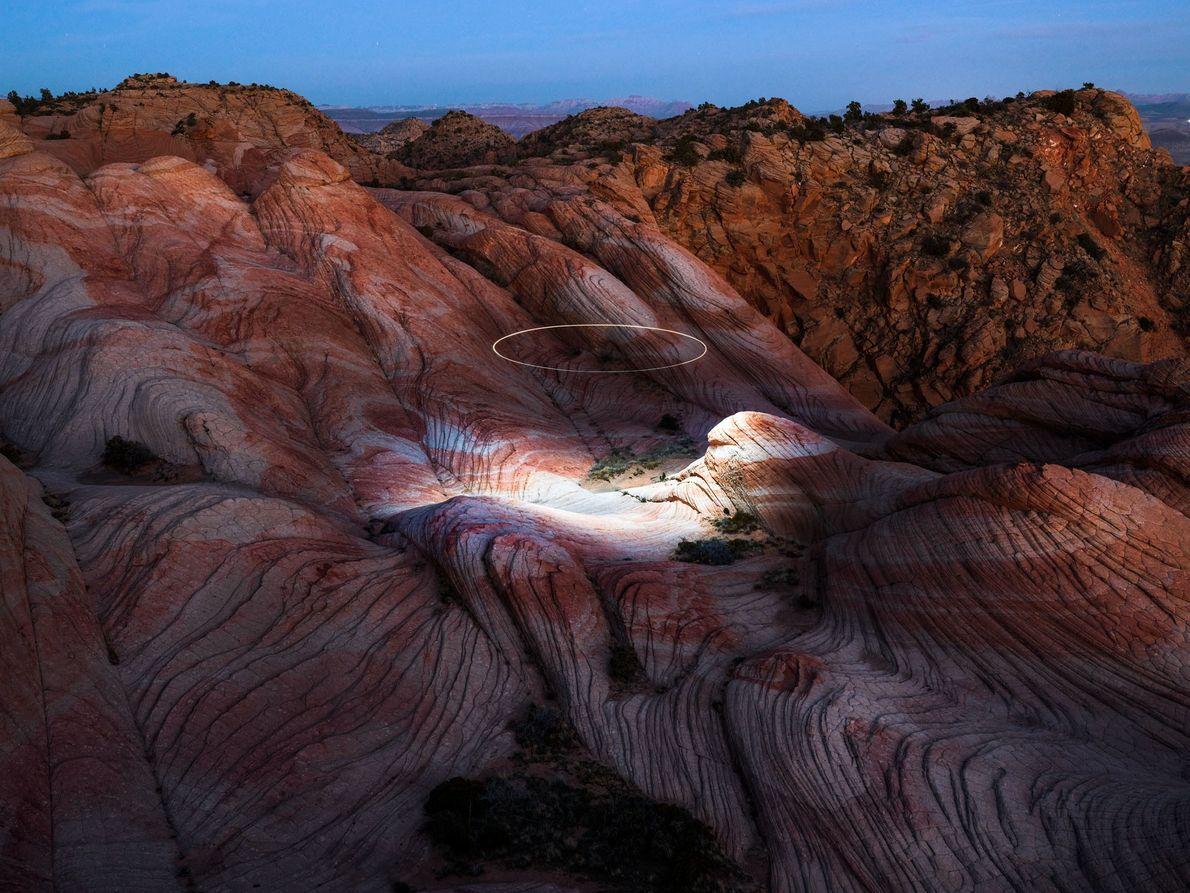 Un drone projette un halo de lumière sur les formations de grès de Yant Flat, dans ...