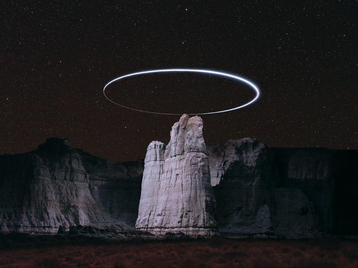 Un drone inscrit un ovale de lumière au-dessus d'un pic rocheux à Blue Canyon, dans la réserve ...