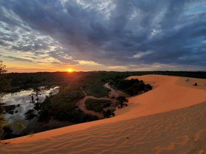 Vu depuis le sable doré des dunes de Jalapão, le coucher de soleil offre une autre ...