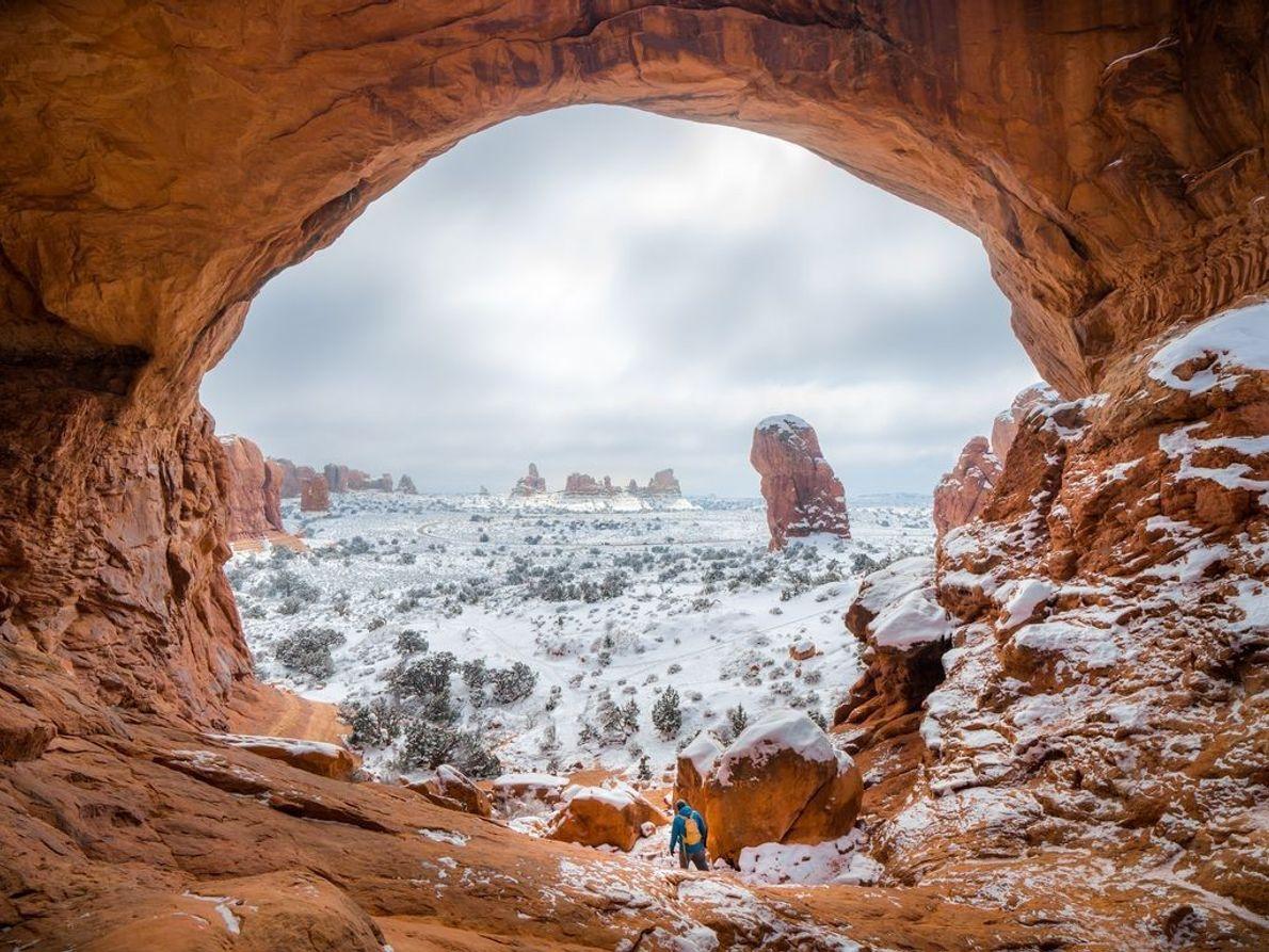 « La vue sur l'étendue des plaines depuis l'arche naturelle Double Arch, dans le parc national ...