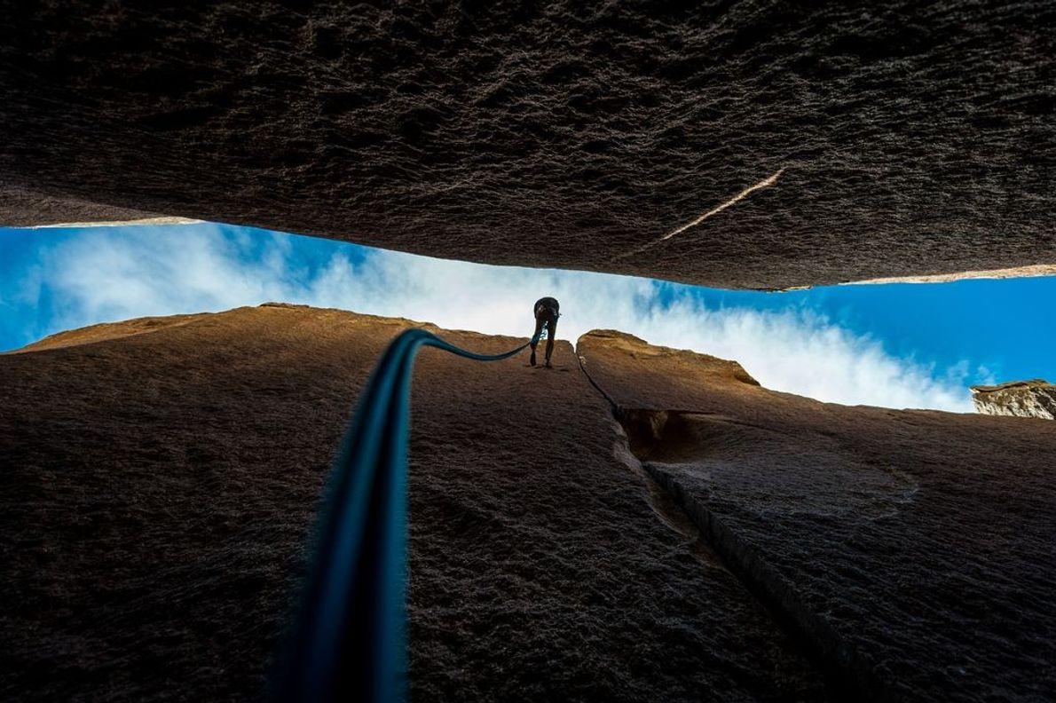« L'escaladeur Casey Shun est en train de descendre en rappel suite à l'ascension réussie d'Heart ...