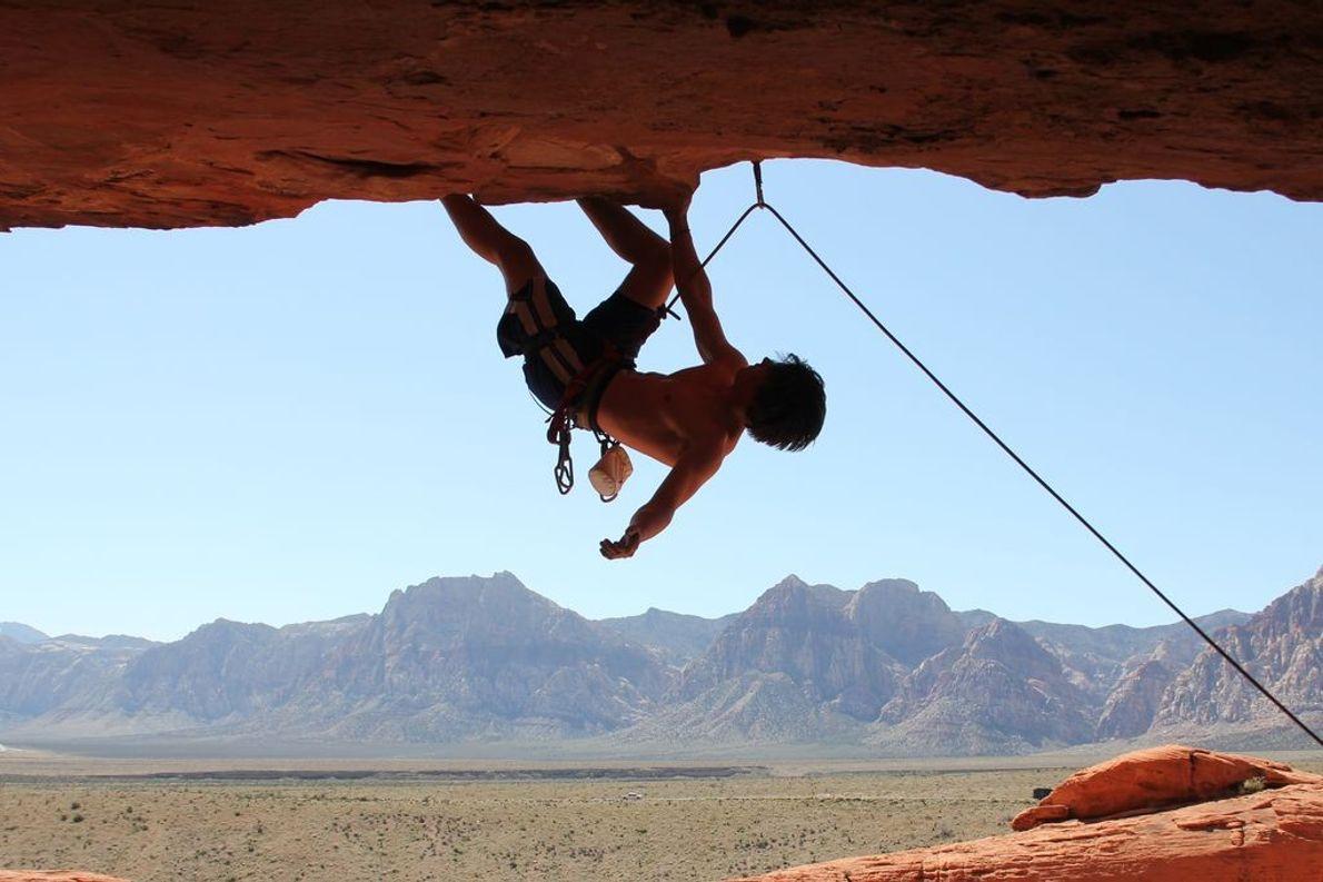 « Ce grimpeur se cramponne à la paroi après s'être rendu dans les hauteurs, à Red ...