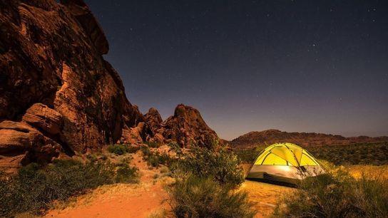 « Une nuit passée blottie contre les tours de grès rouge, sous une lune gibbeuse ascendante ...