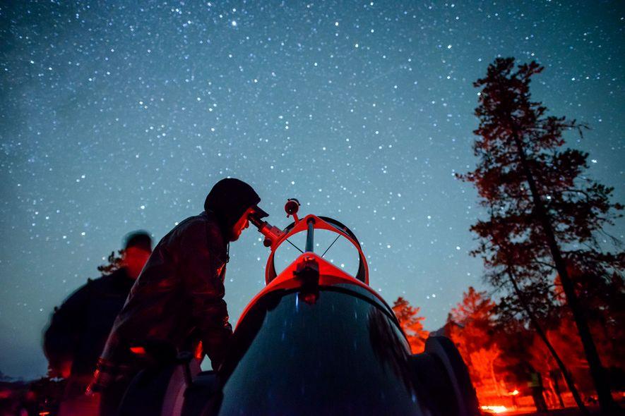 Au Dark Sky Festival de Jasper, vous observerez les étoiles sous un ciel nocturne d'une clarté absolue. Également au programme du festival : musique, animations, présentations célestes et ateliers de photographie des astres.