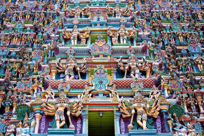Tous les 12 ans, les statues d'animaux, de divinités et de démons aux couleurs vibrantes sont ...