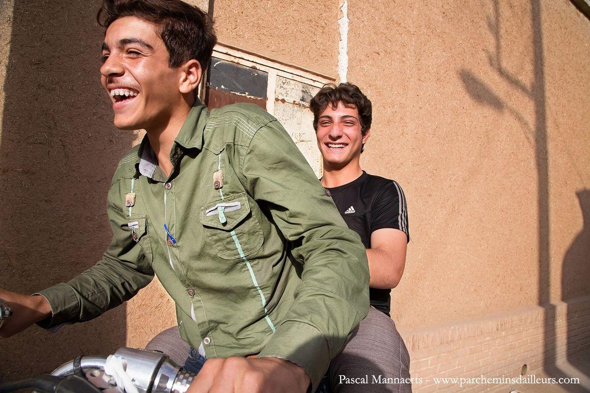 Deux jeunes à moto dans les rues de Kashan