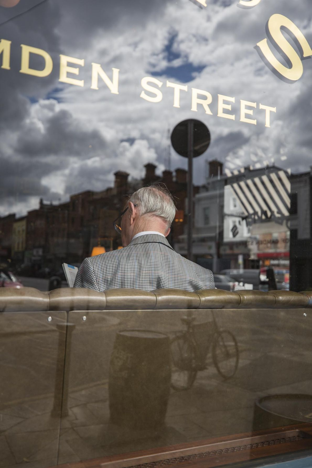 Un patron lit un livre dans Devitt's Pub, un pub traditionnel irlandais, situé à Camden Street.