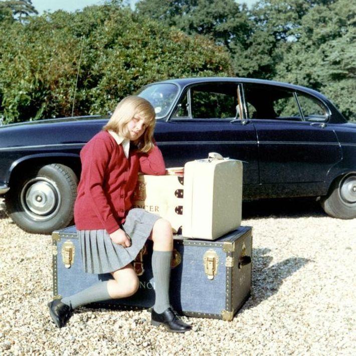 À l'automne de l'année 1970, alors qu'elle se prépare à aller au pensionnat de Riddlesworth Hall, ...