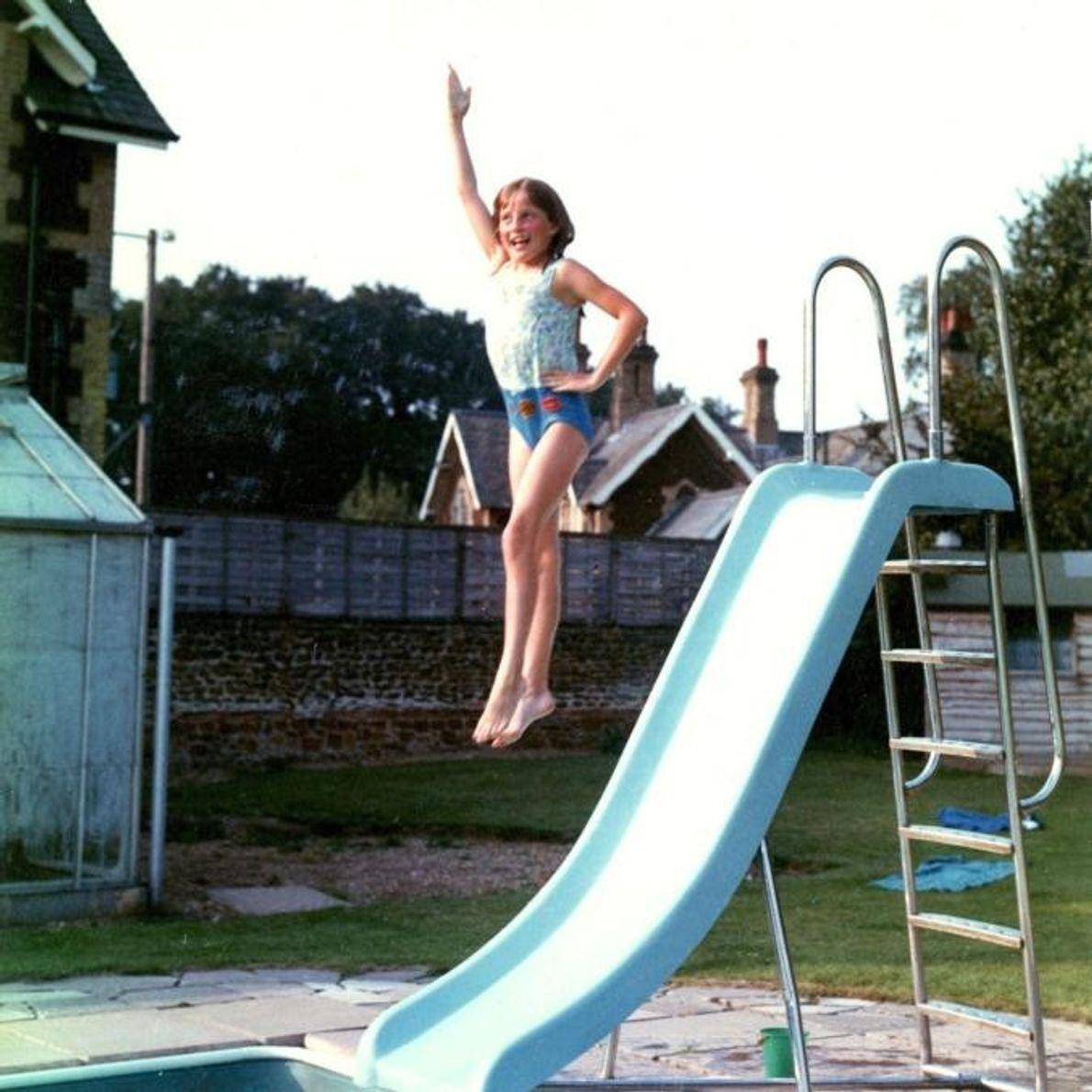 Toujours gracieuse, même en sautant d'un toboggan dans la piscine de sa famille à Park House, ...