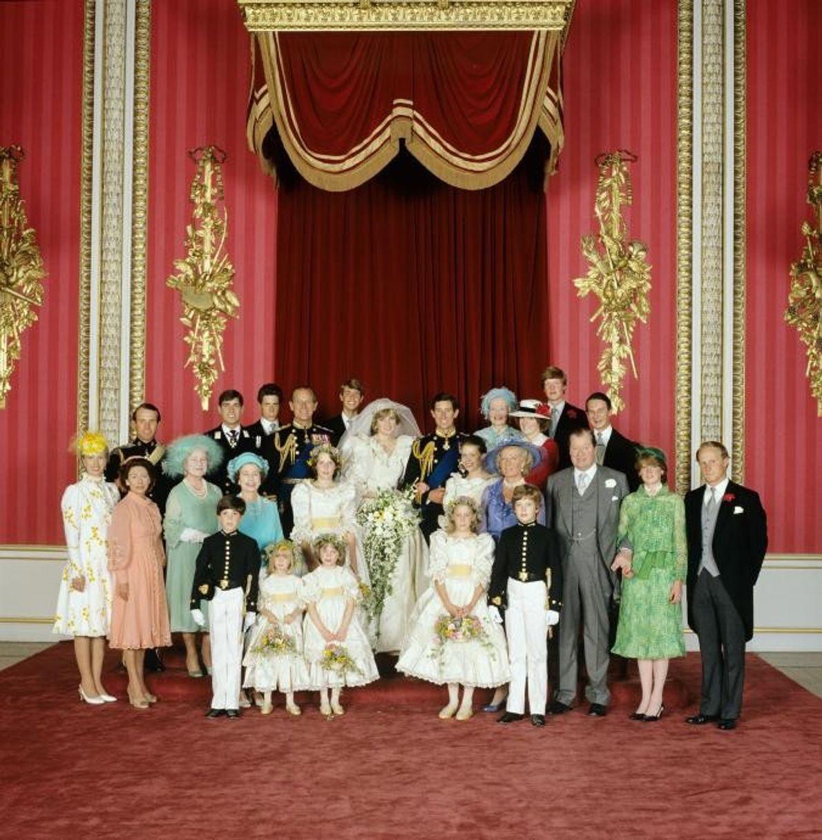 Un portrait du mariage royal au sein de la salle du trône du palais de Buckingham. ...