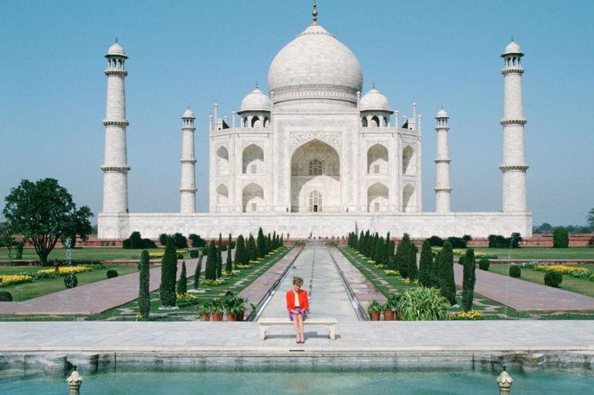 En février 1992, Diana est assise devant le Taj Mahal, sur la célèbre photo dite de ...