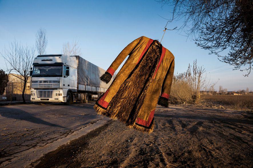 À Turtkul, en Ouzbékistan, un manteau en peau de mouton flotte au vent, au bord d'une ...