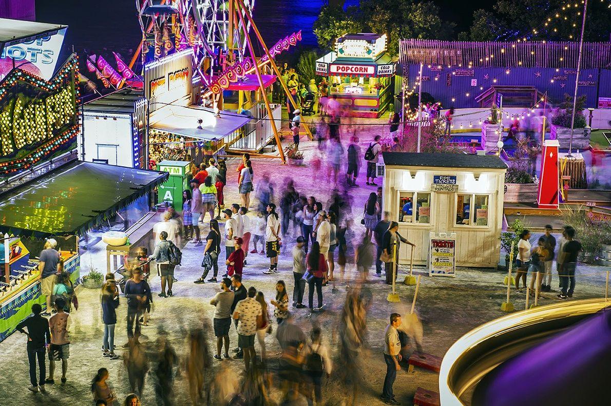 La foule se rassemble pour profiter d'une soirée riche en nourriture, en jeux et en promenades, …