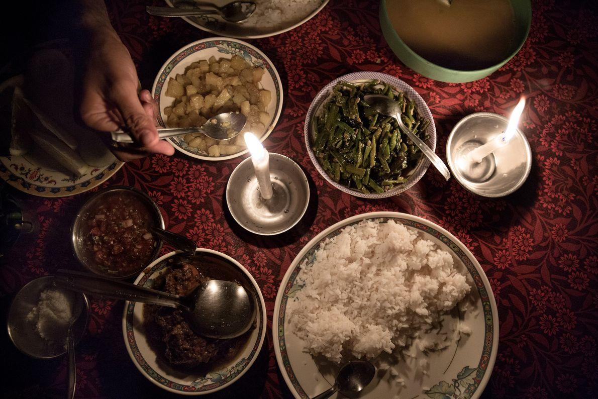 Un dîner traditionnel est servi dans le restaurant principal du village de Mawlynnong.