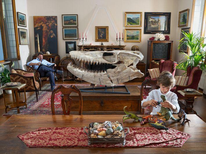 Des dinosaures miniatures peuvent occuper l'imagination de son fils Edoardo, mais seuls les animaux réels intéressent ...