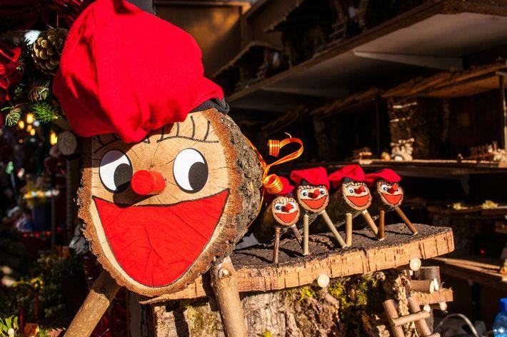 Un Tió de Nadal, tradition de Noël en Catalogne, attend de trouver preneur sur un marché ...