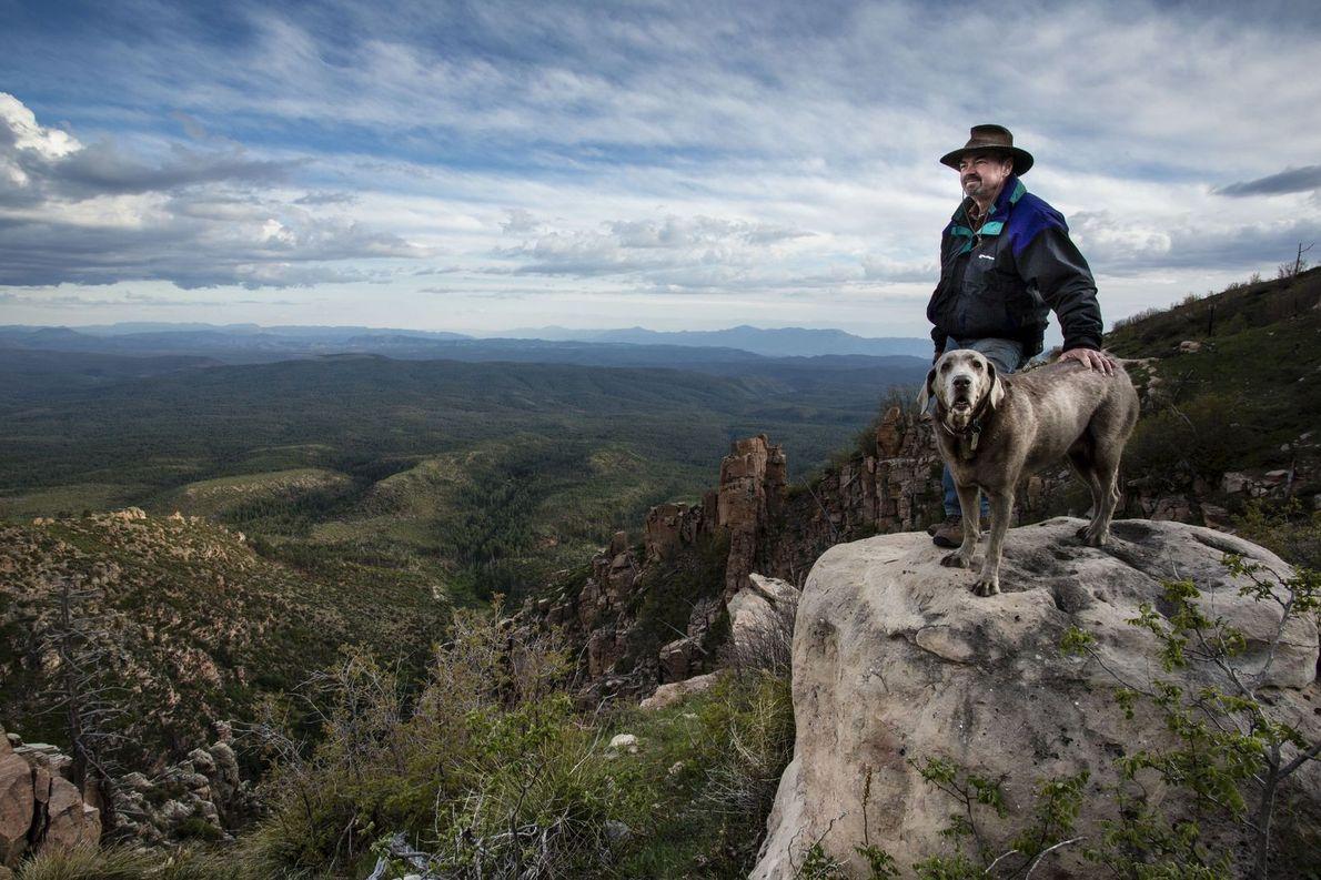 « Journey, notre chienne, et mon mari admirent ce magnifique panorama sur le nord de l'Arizona. ...