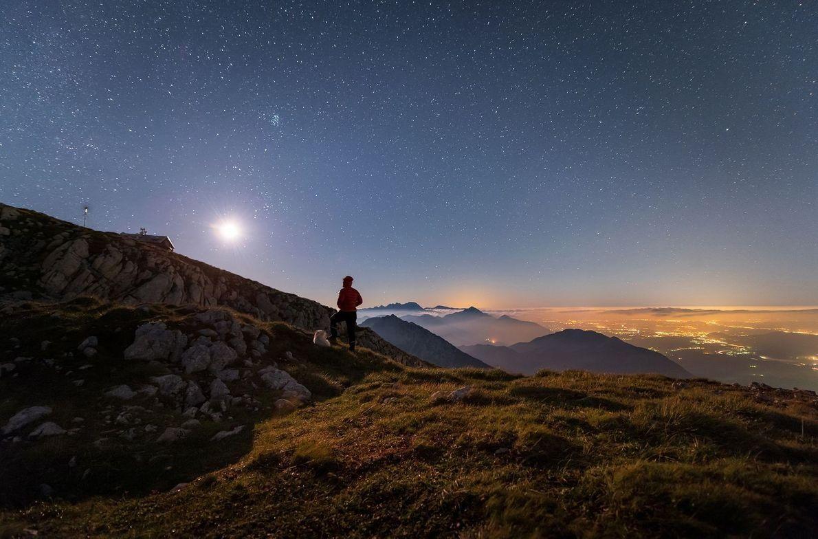« J'étais en train d'immortaliser la Voie Lactée depuis une montagne voisine lorsque la Lune s'est ...