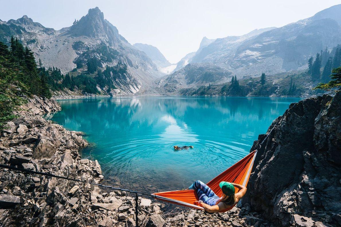 « Instant détente après une longue randonnée, pendant que notre chiot s'offre une petite baignade. La ...
