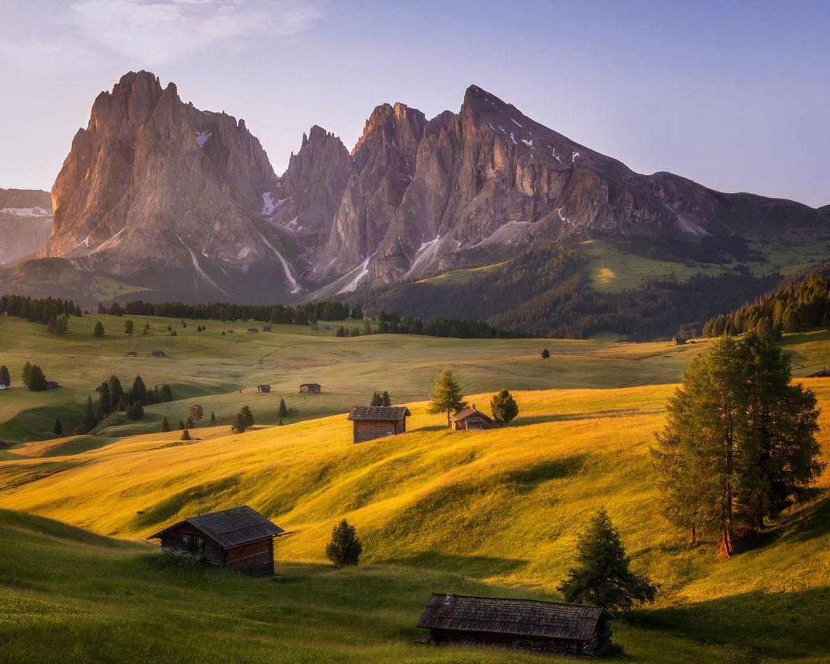 En Italie, la beauté dramatique des Dolomites est aggravée par l'Alpe de Siusi, le plus haut ...