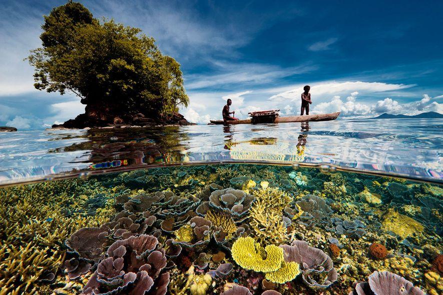 Non loin de la pointe de la péninsule dans la baie de Kimbe en Papouasie-Nouvelle-Guinée, un ...
