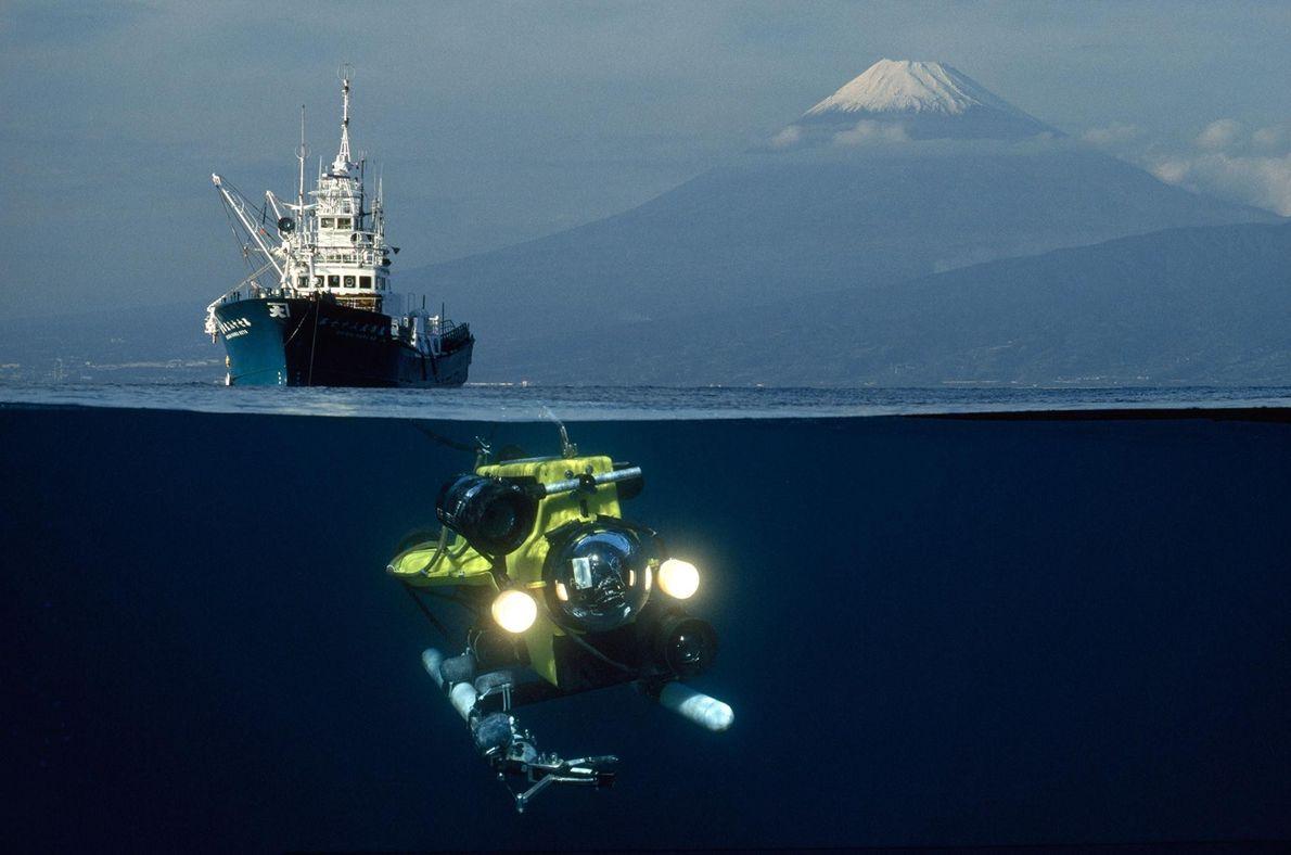 Un ROV (véhicule sous-marin téléguidé) entame sa descente dans la baie de Suruga au Japon, sous ...