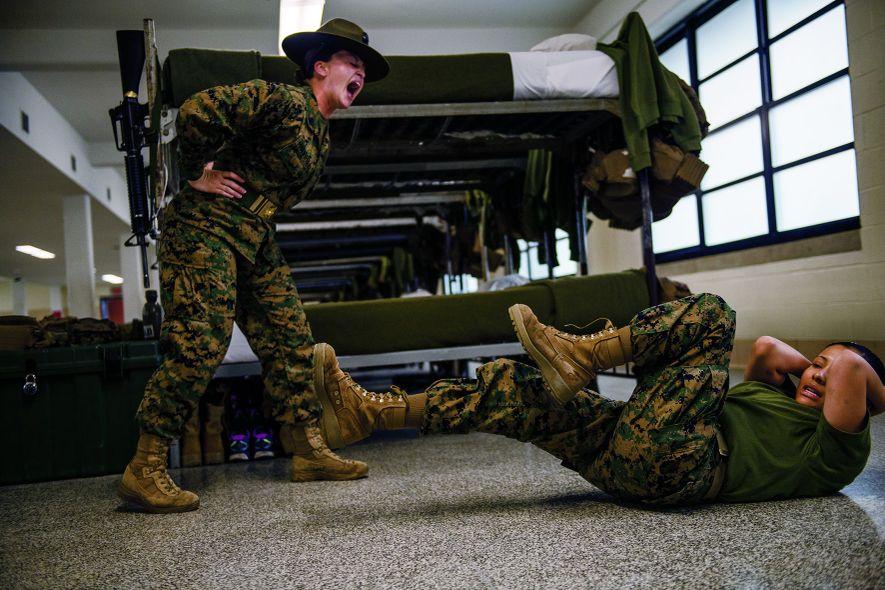 """""""Tu te traînes ! C'est inadmissible !"""". Hollie Mulvihill, 26 ans, sergente-cheffe de l'USMC et instructrice ..."""